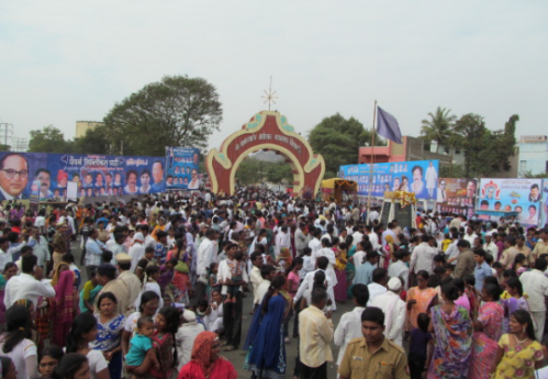 Massive_crowd_at_Dr._Babasaheb_Ambedkar_Marathwada_University_gate_during_Namvistar_Din_celebrations